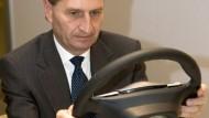 Günther Oettinger am Lenkrad: Gastgeschenk der öffentlichen Betriebsversammlung der Porsche AG im November 2007
