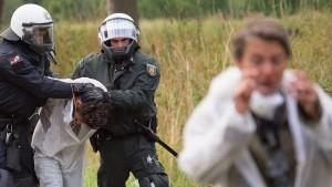 Braunkohle-Gegner stürmen Tagebau Garzweiler