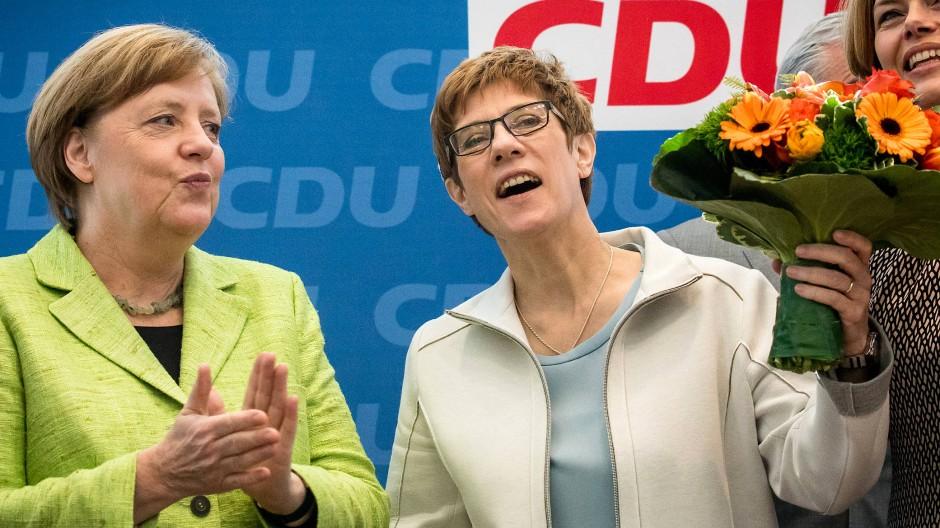So sehen Siegerinnen aus: Angela Merkel gratuliert in Berlin ihrer Parteifreundin Annegret Kramp-Karrenbauer zu ihrer Wiederwahl im Saarland.