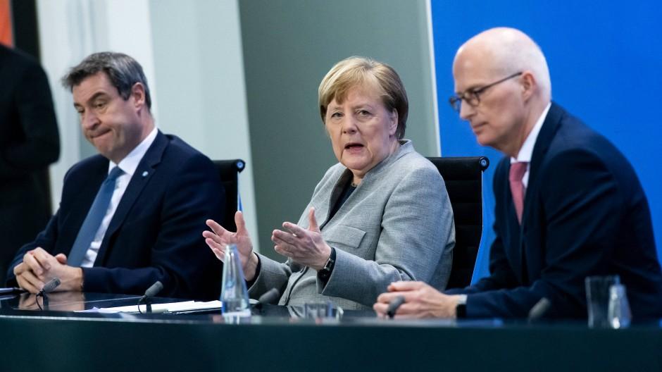 """""""Nicht viel Spielraum"""": Bundeskanzlerin Angela Merkel zwischen Bayerns Ministerpräsident Markus Söder (links) und Hamburgs Erstem Bürgermeister Peter Tschentscher"""