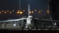 """Bereit zum Angriff: Dieses vom britischen Verteidigungsministerium zur Verfügung gestellte Foto zeigt einen """"Tornado"""" auf dem britischen Militärflughafen Royal Air Force Akrotiri."""