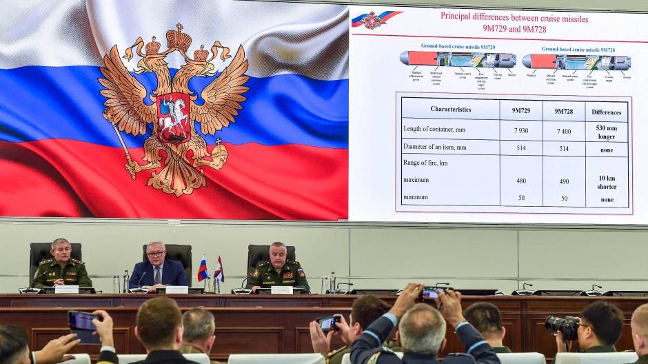Der Befehlshabers der russischen Raketenstreitkräfte, Generalleutnant Michail Matwejewskij (rechts) bei der Präsentation zur )M729 am 23. Januar bei Moskau