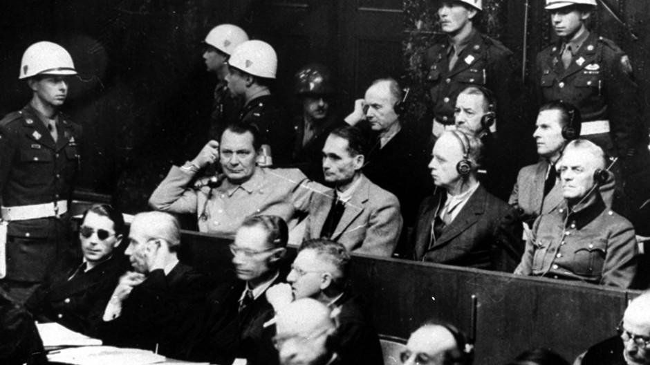 Am 20. November 1945 begannen die Prozesse gegen führende Nazis in Nürnberg wegen Verbrechen gegen die Menschlichkeit. In der Reihe links außen sitzen Hermann Göring und Rudolf Heß (v.l.n.r.).