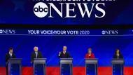Joe Biden (Mitte) am Donnerstag in Texas zwischen seinen Mitbewerbern Pete Buttigieg, Bernie Sanders, Elizabeth Warren und Kamala Harris.