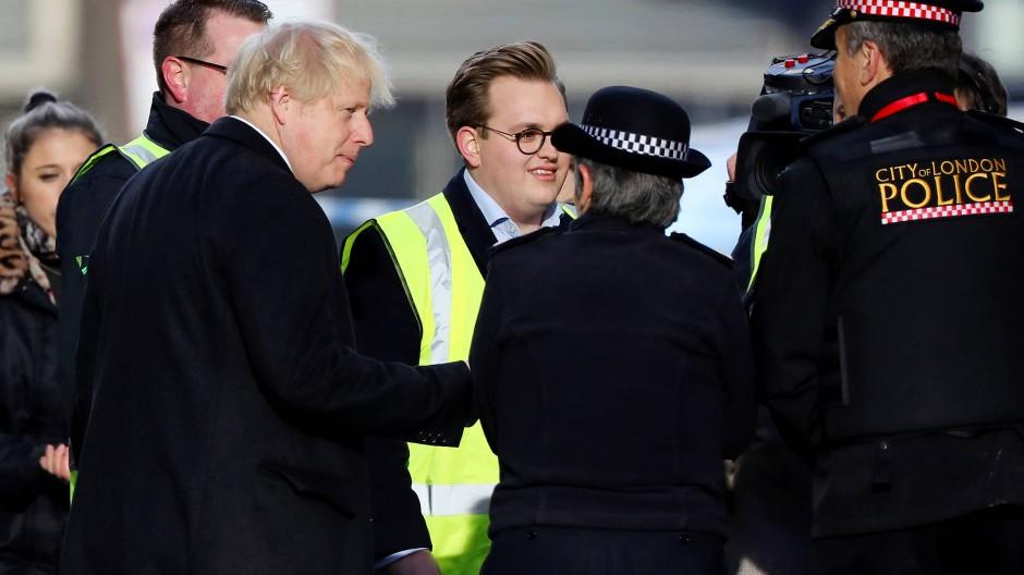 Besuch des Anschlagsorts: Premierminister Johnson spricht am Samstag auf der Lonon Bridge mit Polizisten