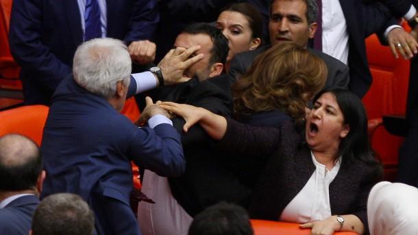 "Lammert kritisiert ""autokratische Ambitionen"" Erdogans"
