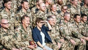 Annegret Kramp-Karrenbauer will die Groko fortsetzen