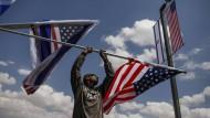 Am Rande einer Straße zur neuen Botschaft werden amerikanische Flaggen angebracht.