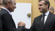 Armdrücken im Normandieformat: Putin und Macron verhandeln in Paris über die Lösung des Ukraine-Konflikts.