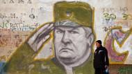 Ratko Mladic, bosnisch-serbischer General während des Bosnien-Krieges und mutmaßlich für das Massaker von Srebrenica verantwortlich, ist in Serbien immer noch angesehen. Ein Graffito von ihm wurde auf eine Wand in einem Vorort von Belgrad gemalt.