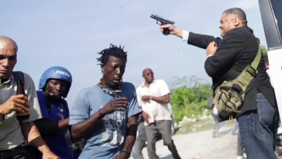 Senator auf Haiti zückt Waffe