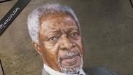 Ein schwarzes Band ziert das Porträt von Kofi Annan, dem ehemaligen Generalsekretär der Vereinten Nationen, im UN-Hauptquartier.