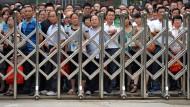 Jetzt hilft nur noch Wünschen: Eltern in der Provinz Anhui warten auf auf die Prüflinge, ihre Kinder