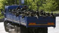 Auf dem Weg an die Front: Separatisten vor dem Flughafen von Donezk