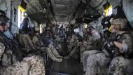 Deutsche und amerikanische Kampfretter auf dem Weg zu einer gemeinsamen Übung für ihren Einsatz hinter den feindlichen Linien