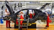 Deutsche Ingenieurskunst: Porsche Mitarbeiter montiereneinen Panamera in der Produktion in Leipzig