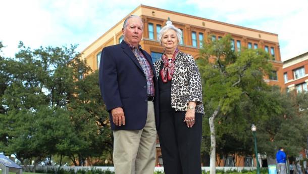 Zeitzeugen: Das Ehepaar Newman heute – vor dem Schulbuchlager