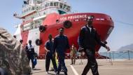 Migranten, die von der Hilfsorganisation Ärzte ohne Grenzen gerettet wurden, kommen im Hafen von Salerno an.