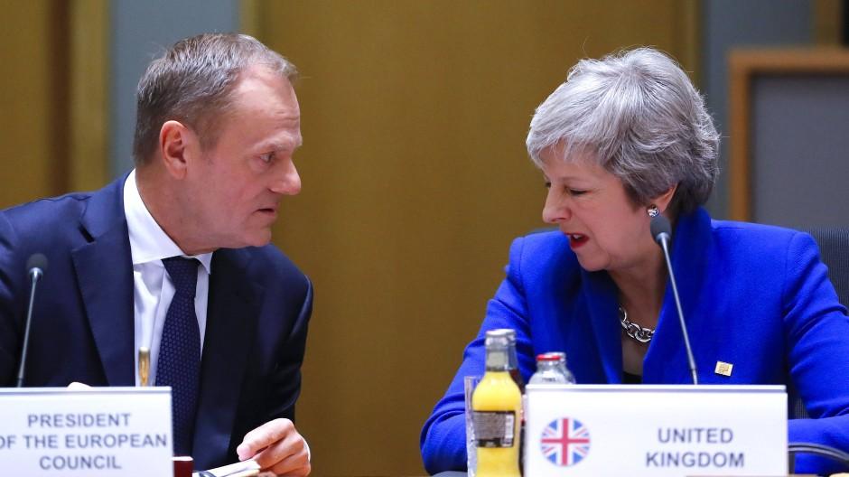 Wiedersehen macht Freude: Die britische Premierministerin Theresa May trifft am Donnerstag in Brüssek auf EU-Ratspräsident Donald Tusk