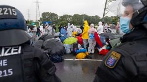 Demonstranten blockieren Gleise in Brunsbüttel