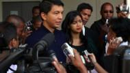 Der vergangenes Jahr selbst staatsstreichartig an die Macht gekommene Präsident Andry Rajoelina vor einem Wahllokal am Mittwoch.