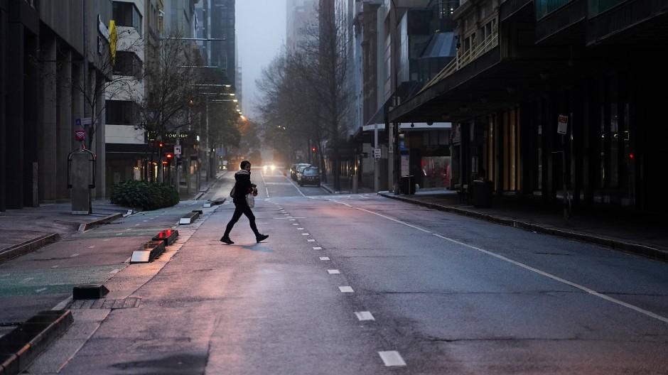 Im Lockdown: Ein Fußgänger überquert am 30. Juni eine Straße in Sydney.