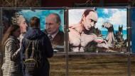 Wie stark ist Putin gegenüber Trump im Konflikt um die Rückgabe der Krim an die Ukraine?: Ein Plakat in Moskau am 1. Jahrestag des Anschlusses an Russland.