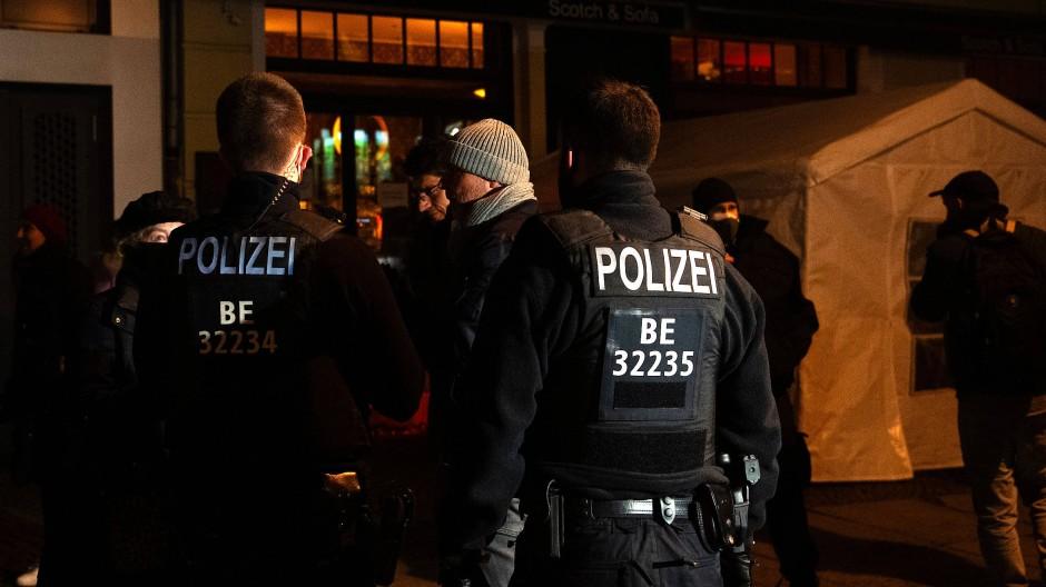 Donnerstagabend in Berlin: In der Kollwitzstraße löst die Polizei eine illegale Versammlung in einer Bar auf.
