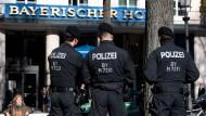 """Polizisten am Donnerstag vor dem """"Bayerischen Hof"""", dem Tagungshotel der 55. Münchner Sicherheitskonferenz"""