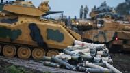Türkische Soldaten rüstenin der Region Hatay (Türkei) nahe der syrischen Grenze, ihre Panzer aus (Archivbild)