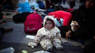 Ein Flüchtlingsbaby auf einer Decke in Chios, Griechenland (Archivbild)