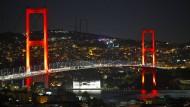 Die Bosporus-Brücke wird zum Denkmal. Ihr neuer Name soll an die Opfer des Putschversuchs erinnern.