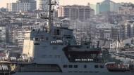 Auf dem Weg zum Einsatz in Syrien?: Das russische Kriegsschiff Saratow fährt am 26. September am Bosporus vorbei in Richtung östliches Mittelmeer.