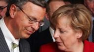 Ich ruf' Dich an: Wolfgang Bosbach und Angela Merkel im Bundestag (aufgenommen 2006)