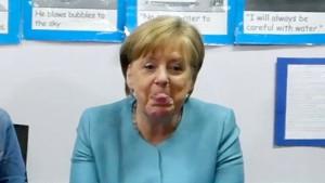 Wem streckt Merkel hier die Zunge raus?