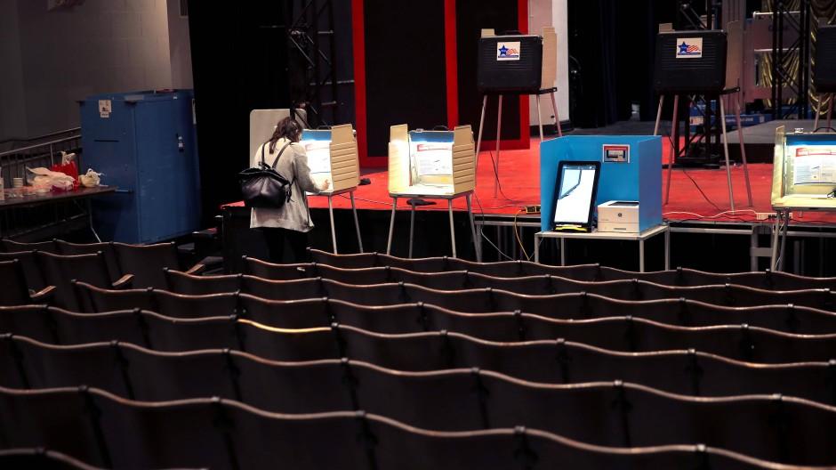 Abstimmung in einem Wahllokal in Chicago bei der Vorwahl in Illinois am 17. März