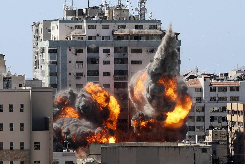 Ein Feuerball bricht aus dem Jalal-Tower im Gaza-Streifen nach einem Angriff der israelischen Luftwaffe hervor.