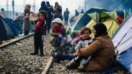 Immer noch sitzen tausende Flüchtlinge an der griechisch-mazedonischen Grenze fest.