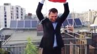 Özdemir und die Hanfpflanze auf seinem Balkon