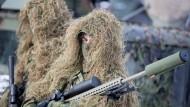 Wer wohl dahintersteckt? Die Identität dieses Scharfschützen der litauischen Scharfschützen dürfte leichter aufzuklären sein als den Urheber der Schmutzkampagne gegen die Bundeswehr