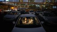 Tracking nach südkoreanischer Art: Zwei Handynutzer sind sich in einem Autokino in Seoul auf jeden Fall so nah genug gekommen, dass sie einander hätten anstecken können