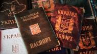 Für manche nicht mehr nötig: Hüllen für russische und ukrainische Pässe auf einem Markt in Simferopol