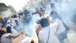 Proteste und Gewalt an kolumbianischer Grenze