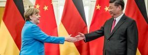 Eng verbunden: Bundeskanzlerin Angela Merkel (CDU) wird in Peking vom chinesischen Präsidenten Xi Jinping begrüßt.