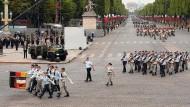 Soldaten der Deutsch-Französischen Parade marschieren über die Champs-Elysées.