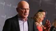 Hat sich vom Schrecken offenkundig schon wieder erholt: Enthüllungsjournalist Günter Wallraff bei der Ankunft zur Verleihung des Deutschen Fernsehpreises in Düsseldorf.