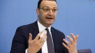 Minister Spahn auf einer Pressekonferenz am Freitag