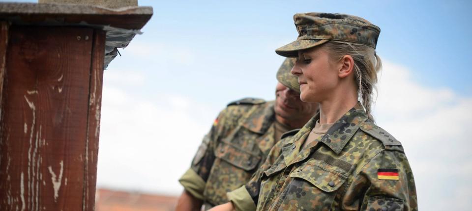 Frau Hauptmann mit Waffe: Ein weiblicher Offizier der Bundeswehr im Einsatz in Prizren (Archivbild)