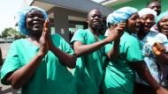 Ärzte und Krankenschwestern feiern im Mai 2015, dass Liberia ebolafrei ist. Danach gab es Rückschläge. Am Donnerstag aber hat die Weltgesundheitsorganisation ganz Westafrika für von der Krankheit befreit erklärt.