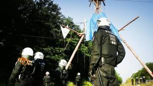 Polizei schickt Hundertschaften in Hambacher Forst